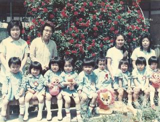 小田原愛児園のバラ園での集合写真