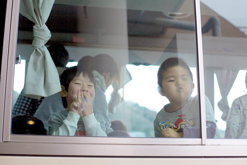 バスに乗る男の子