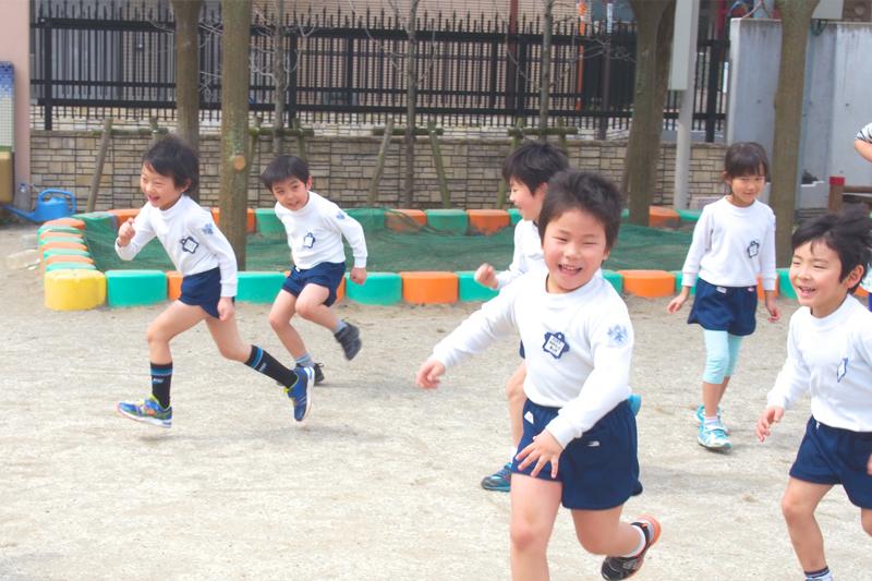 園庭で遊ぶ子供達