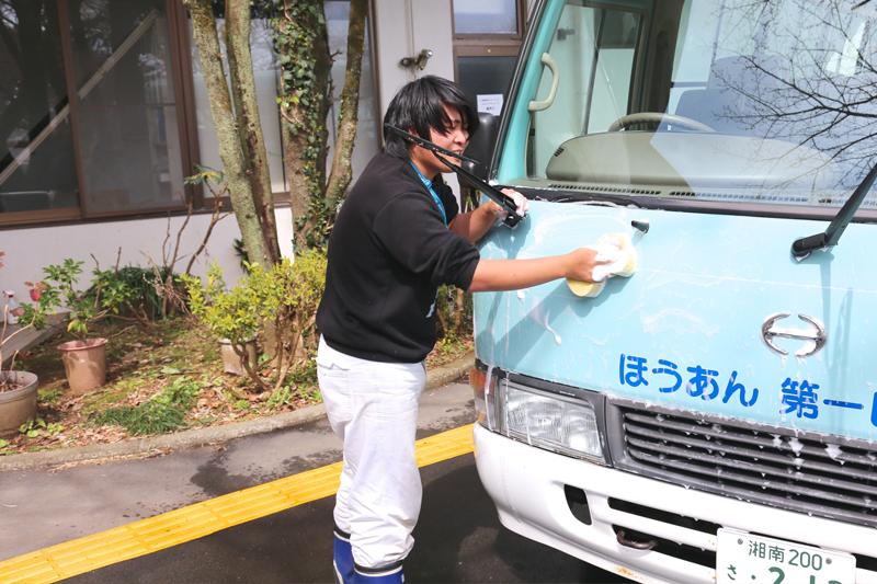 『洗車MAN』のお仕事をする男性利用者の写真