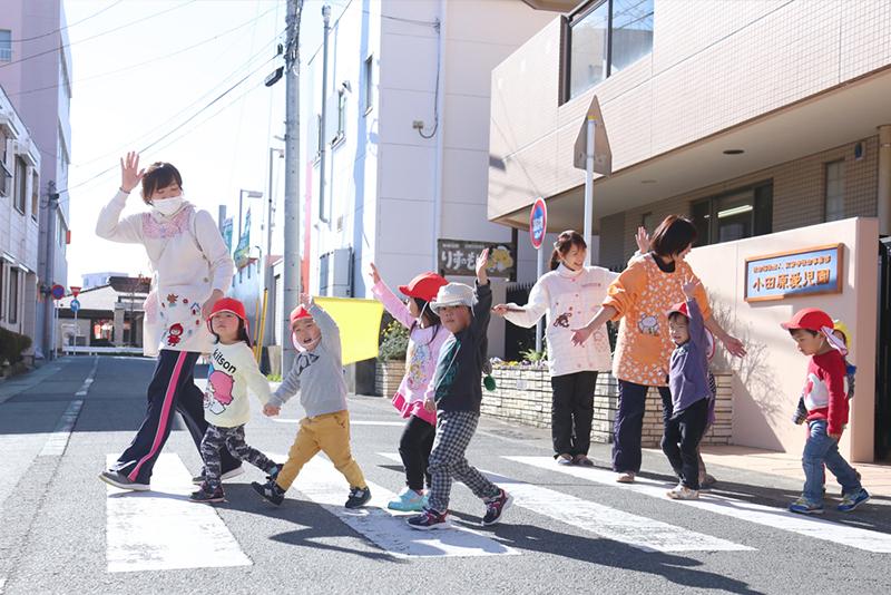 横断歩道を渡る子供たちの写真