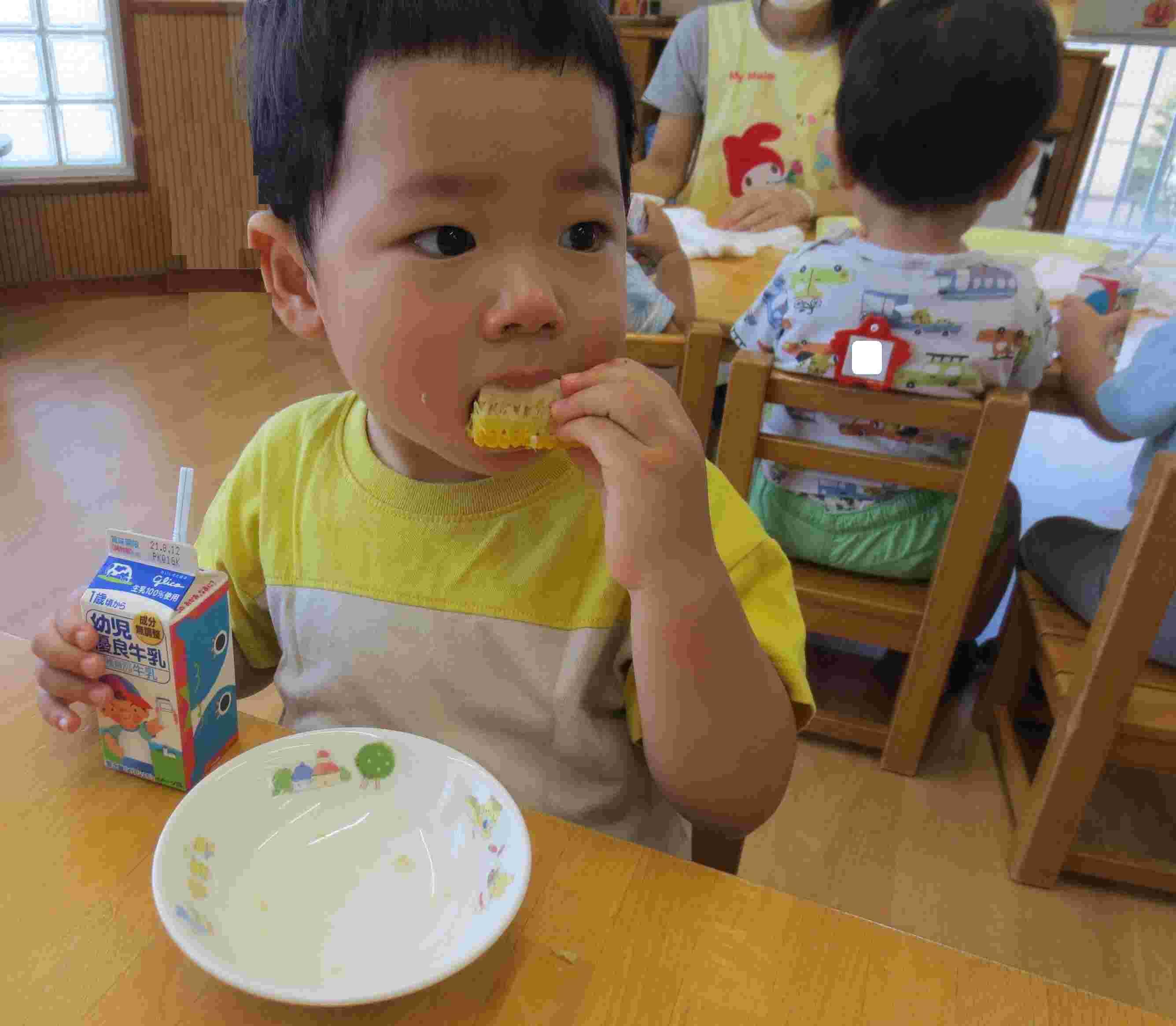 とうもろこしを食べる子ども