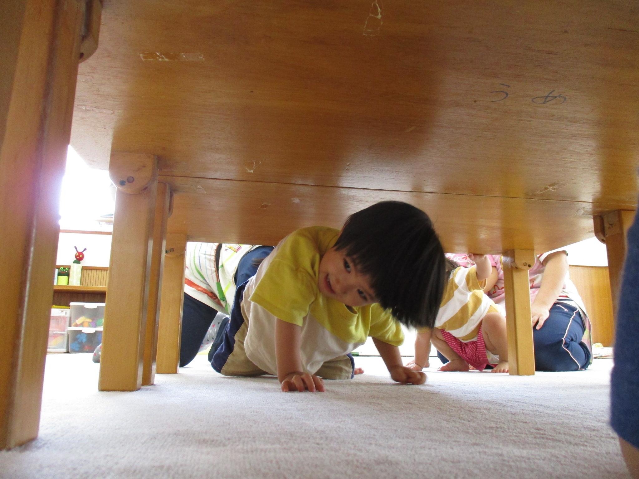 テーブルの下をハイハイ