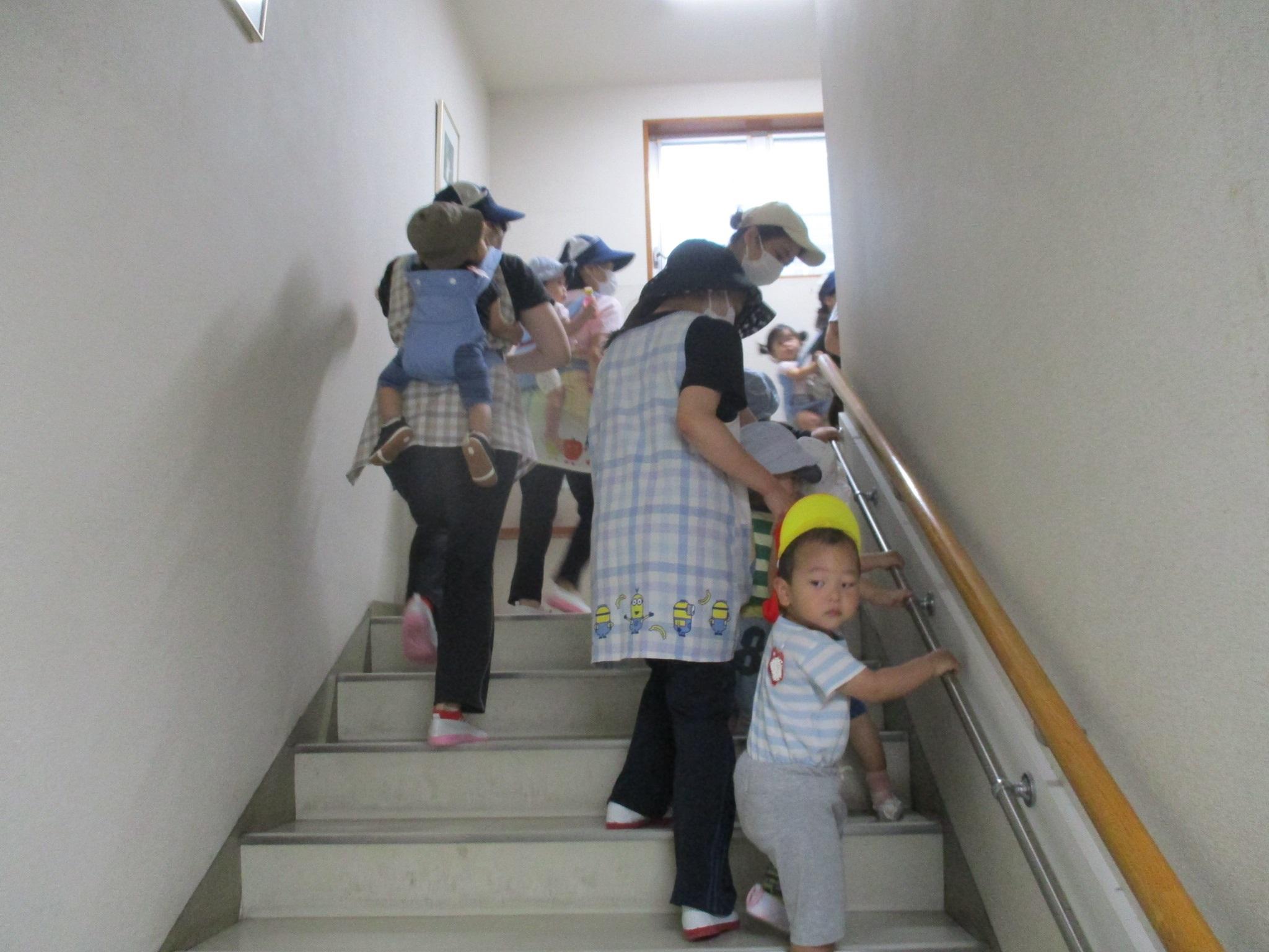 手すりにつかまって階段を上る