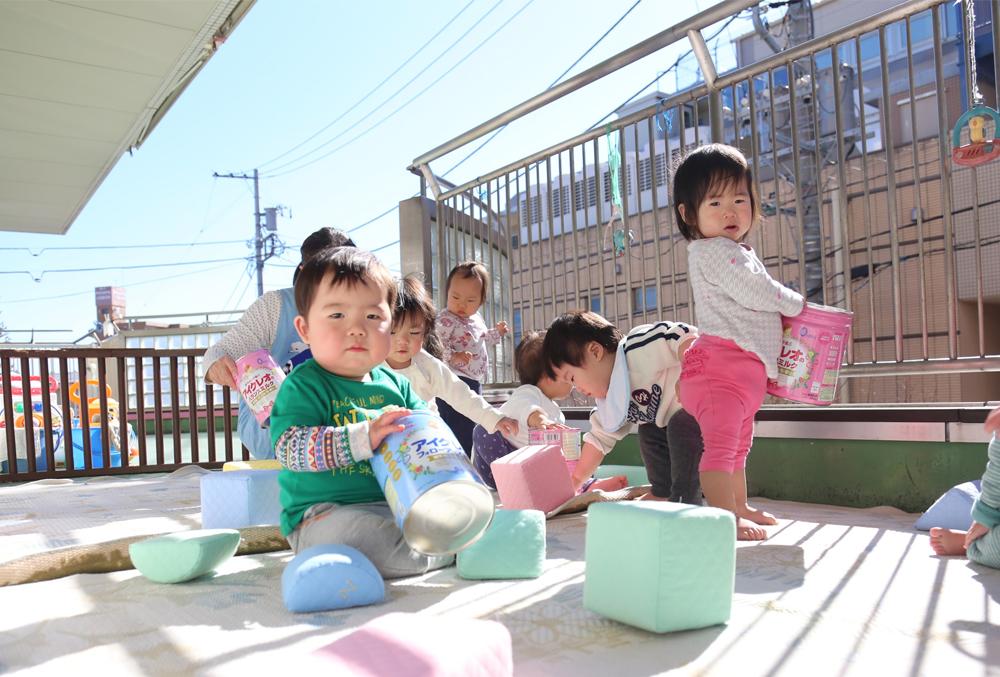 子供達がベランダで遊んでいる様子