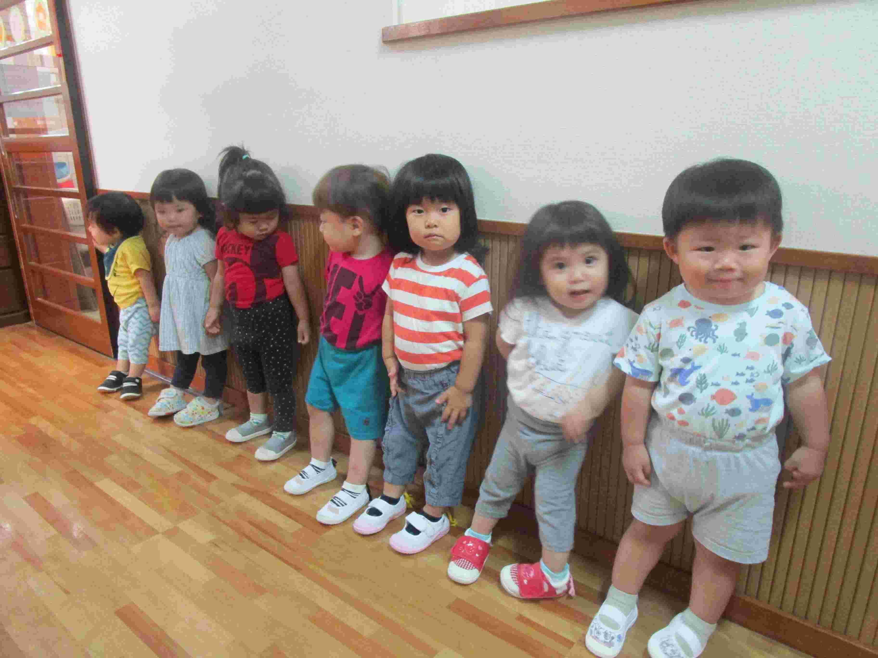 壁に沿って並ぶ子ども達